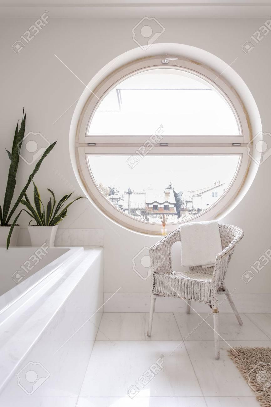 Salle De Bains Spacieuse Avec Carrelage Blanc Baignoire Chaise Et