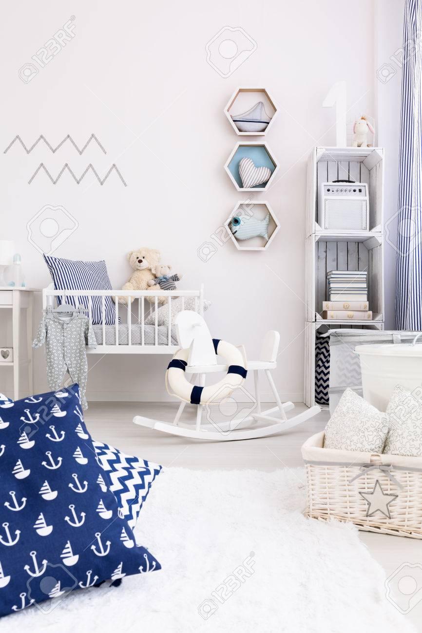 Nuevo Sitio Del Bebé Luz De Diseño Con Muebles Blancos Y ...