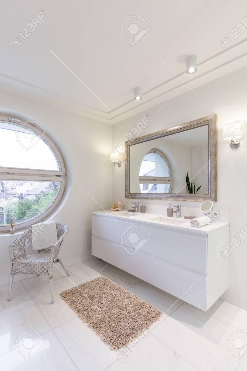 Salle De Bain Spacieuse Avec Un Nouveau Carrelage Blanc Brillant ...