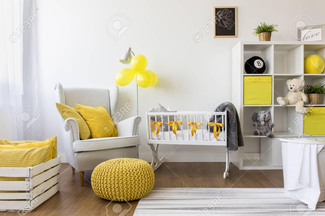 b63c79d8646b2 Banque d images - Tir d une chambre de bébé moderne et agréable avec  accessoires jaunes