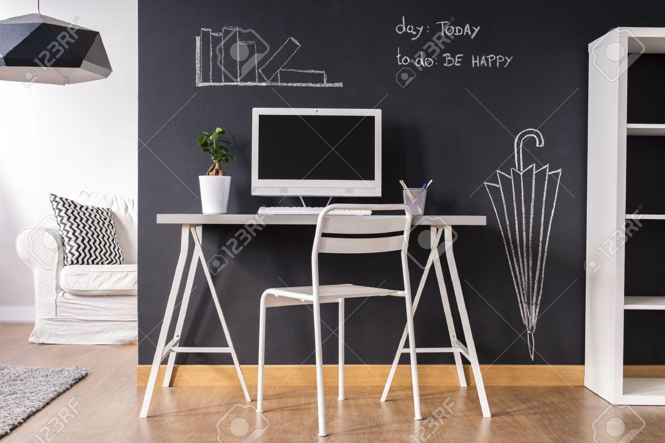 Minimaliste blanc petit bureau à la maison avec un mur tableau