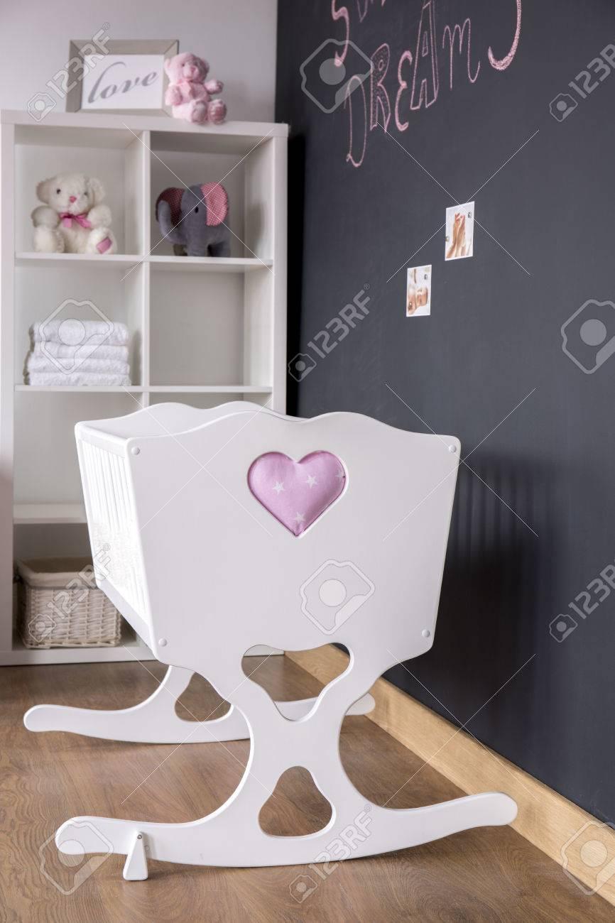 Nette Weiße Wiege Und Tafel Wand In Trendy Kinderzimmer Lizenzfreie ...