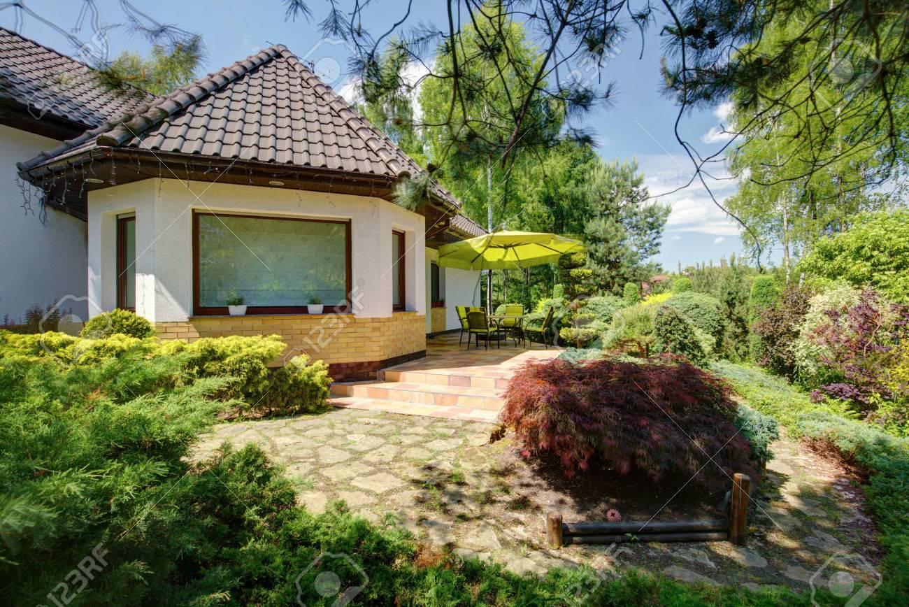 Maison contemporaine élégante avec un grand jardin à l\'arrière