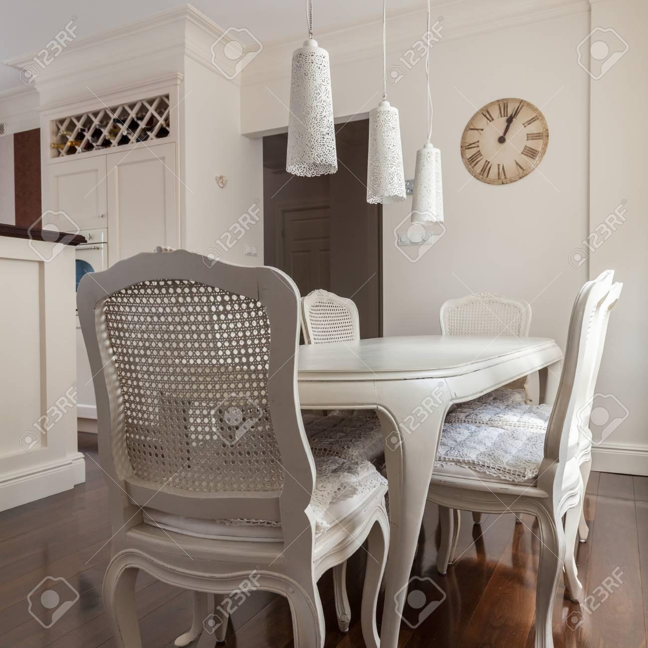 Dekorative Stuhle Und Tisch In Der Kuche Lizenzfreie Fotos Bilder
