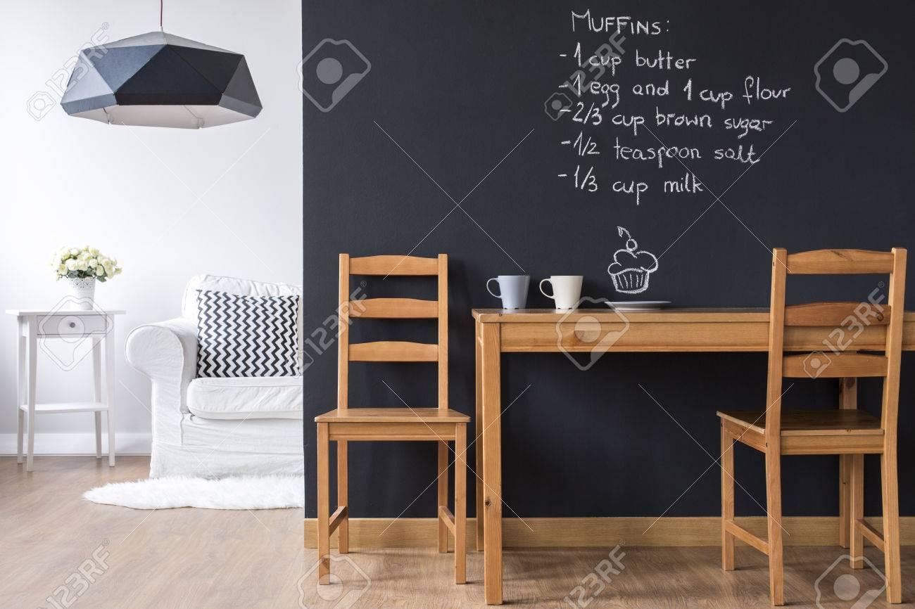 Pequeño comedor minimalista con pared de pizarra moderna