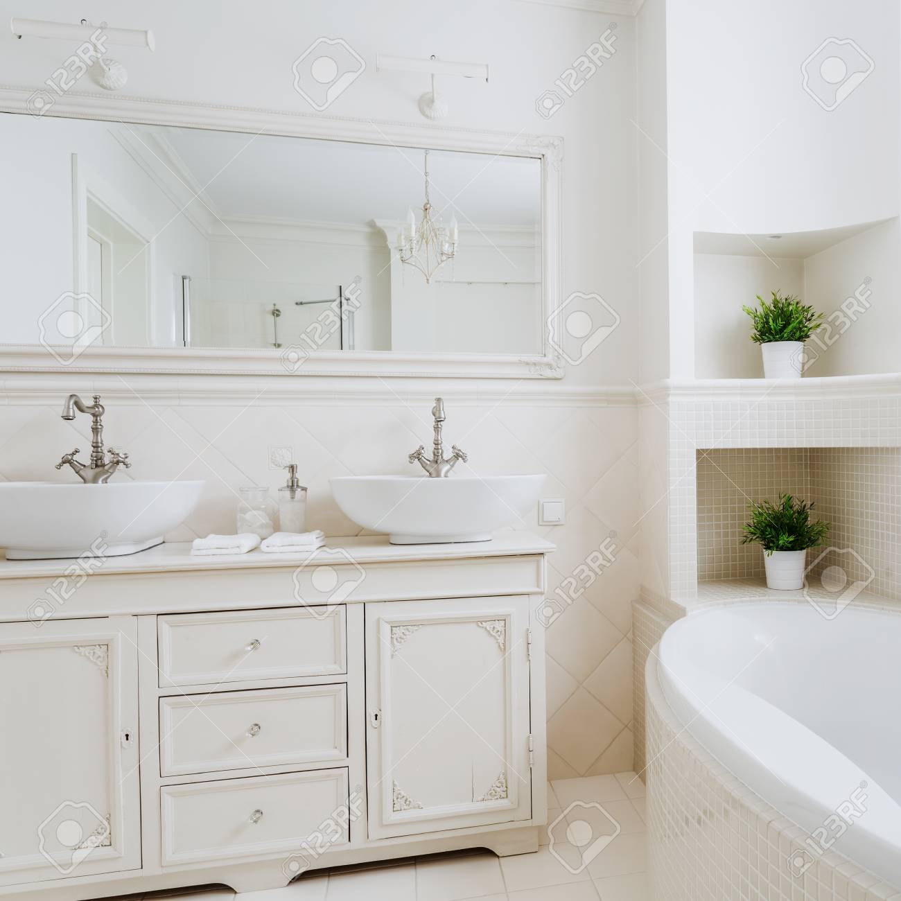 Licht Badezimmer Mit Zwei Waschbecken Und Großem Spiegel Lizenzfreie ...
