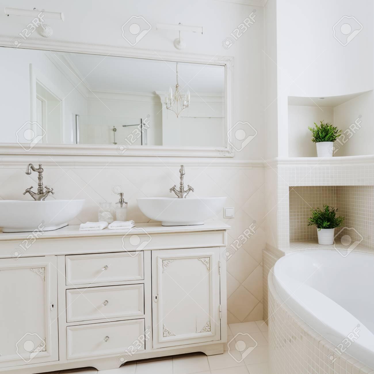 Salle De Bain De Lumiere Avec Deux Lavabos Et Grand Miroir Banque D