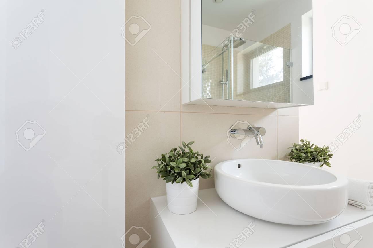 Plan D\'un évier Dans Une Salle De Bain Blanche Moderne Banque D ...