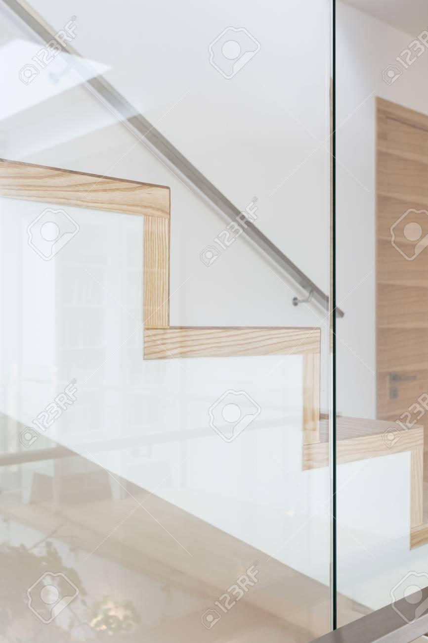 Photo Recadrée D\'un Escalier En Bois Moderne Banque D\'Images Et ...