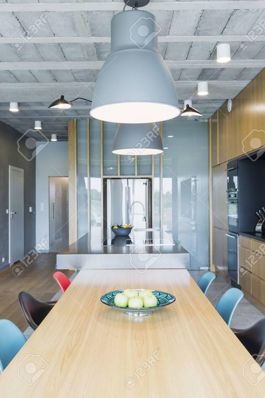 Industriedesign Inter Mit Einem Esstisch Aus Holz, Bunte Stühle Und ...