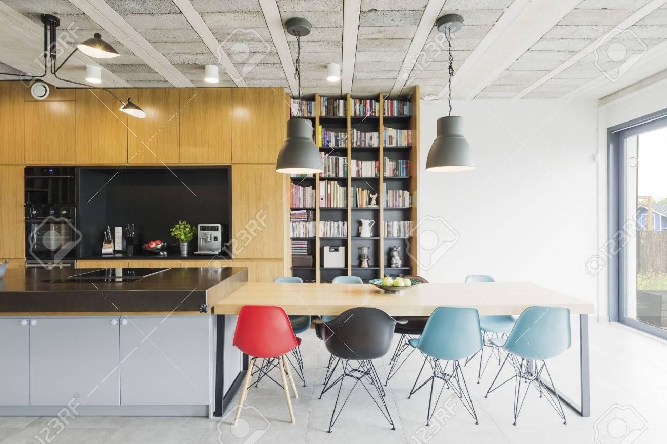 Interior In Einem Industriellen Stil Mit Offener Küche, Esstisch Und ...