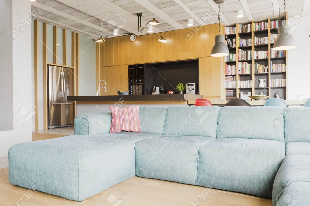 Amplia Sala De Estar Con Un Gran Sofá De Luz, área De Cocina Abierta ...