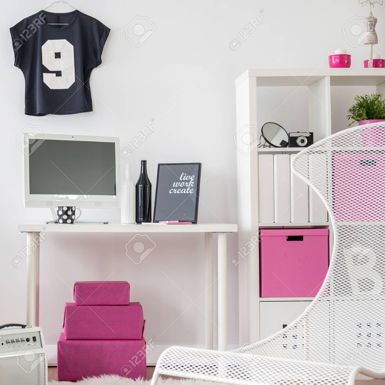 Schlafzimmer Und Arbeitszimmer Kombiniert. Schwarz, Rosa Und Weiß Inter Für  Mädchen. Standard