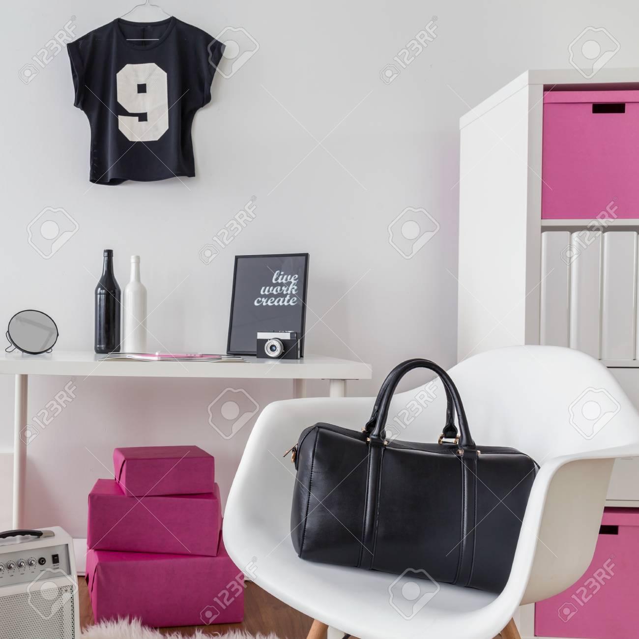 Chambre Girly Et Salle D Etude Combinee En Rose Noir Et Blanc