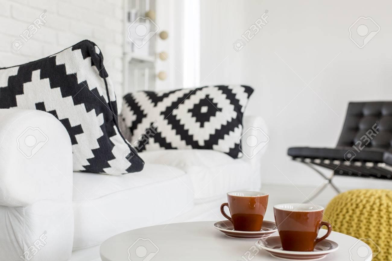 banque dimages image recadre dune table basse et un canap dans un salon moderne