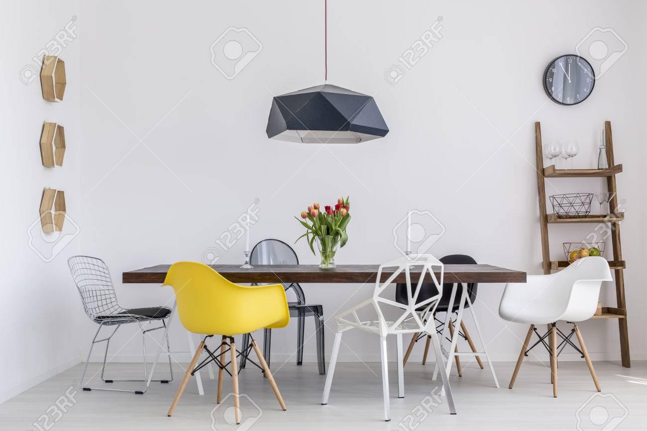 Tir D Une Salle A Manger Creative Avec Une Grande Table Et Six