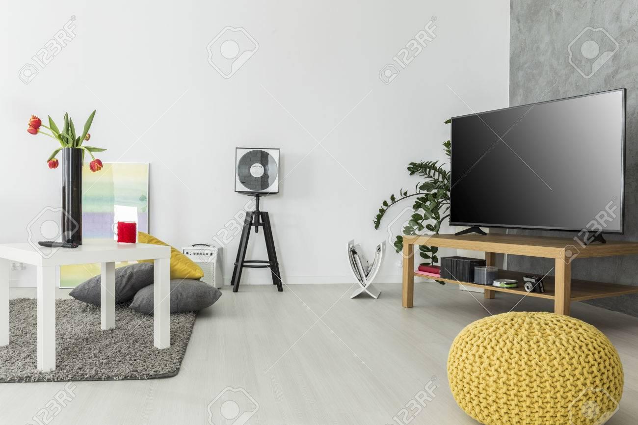 Modernes Wohnzimmer Mit Einfachen, Aber Modernen Möbeln Und Einem  Fernseher, Angeordnet In Grau Und
