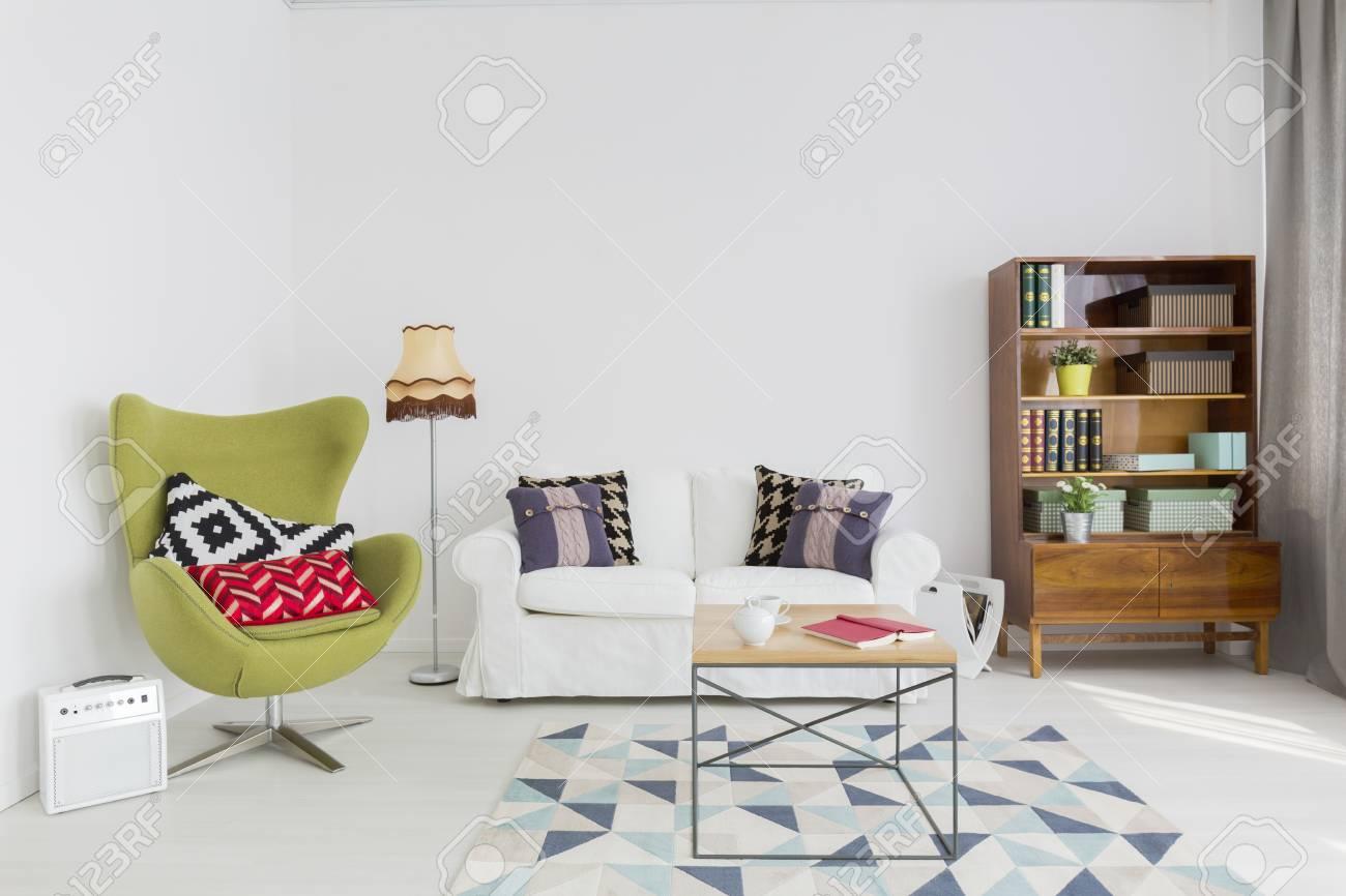 Sehr Helles Wohnzimmer Mit Weißen Wänden Und Boden, Renoviert ...
