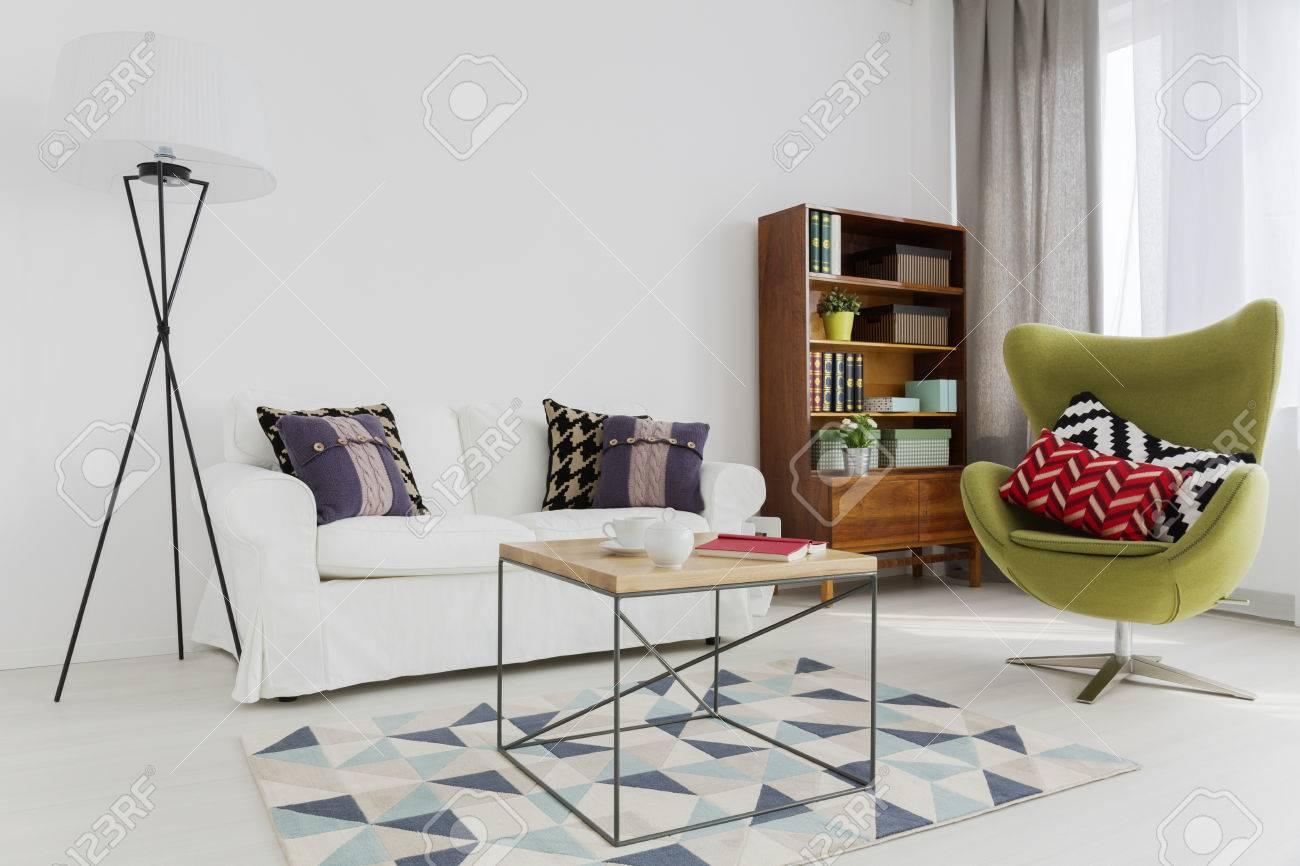 coin chambre d'un appartement moderne, avec un fauteuil design