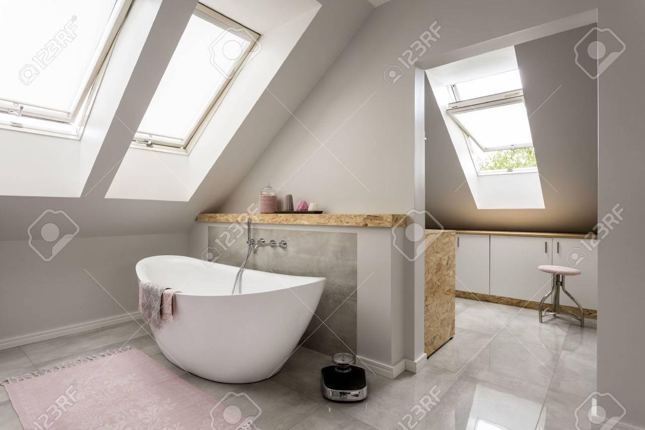 Geraumige Helle Dachgeschoss Bad Mit Neuen Grossen Badewanne
