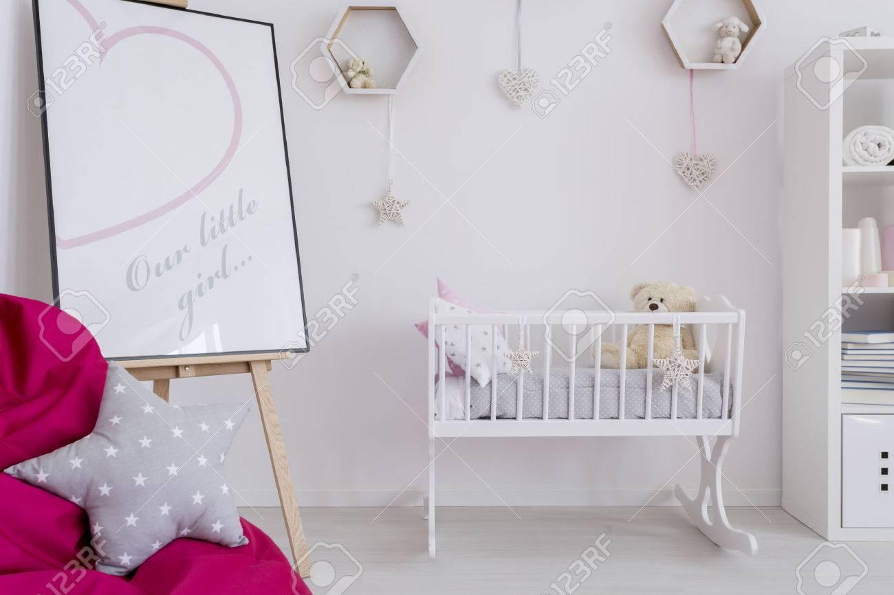 Fragment Der Einen Raum Des Kleinen Mädchens Mit Einem Weißen Wiege ...