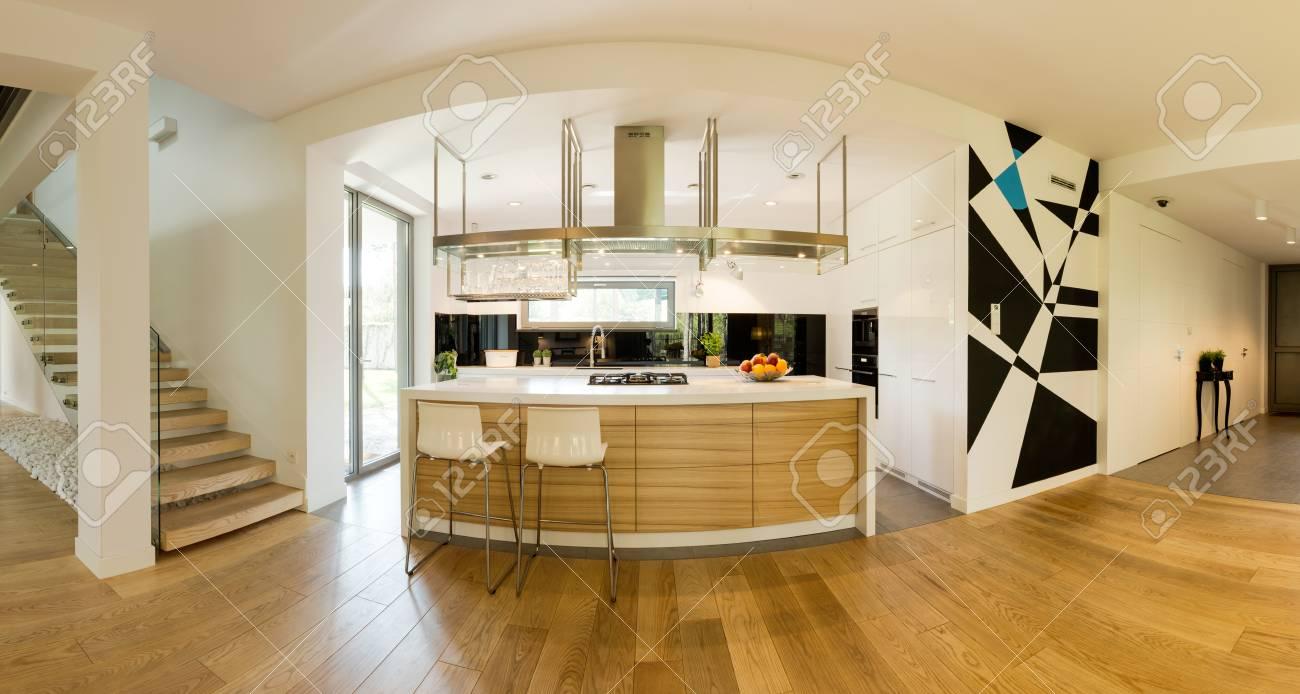 Sehr Geräumige Erdgeschoss Eines Modernen Hauses Mit Einem Platz In ...