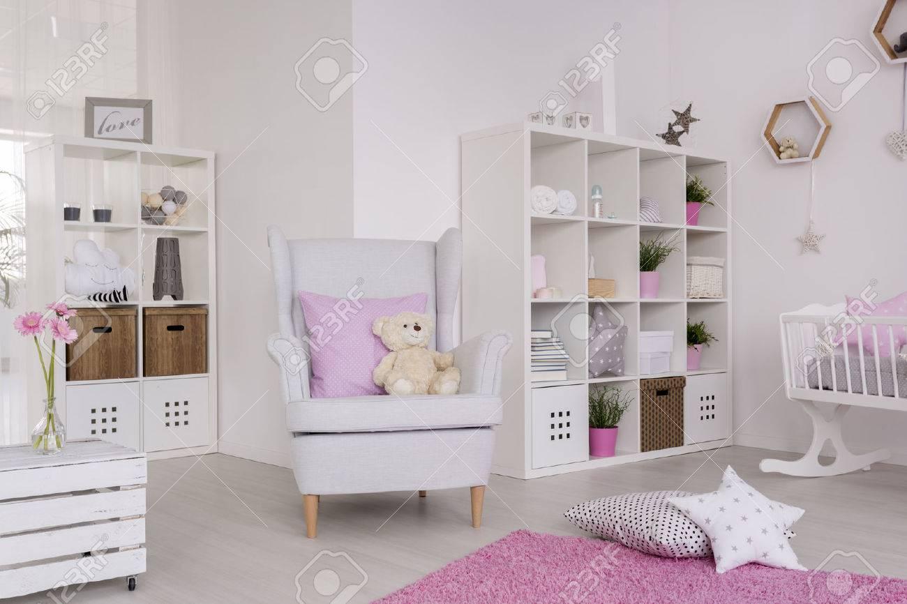 Weißer Flügel Stuhl In Einem Netten Baby Raum Umgeben Mit Baby Raum