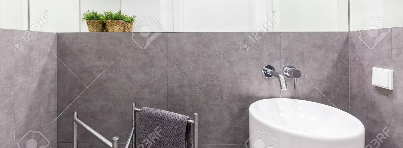 Keramik-Bidet-Einheit In Einem Luxuriösen Badezimmer Mit Grauen ...