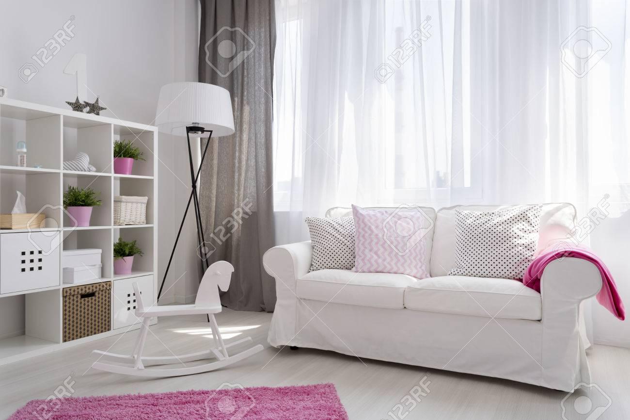 Coin D\'une Chambre Lumineuse De Bébé En Blanc Et Rose Avec Une ...