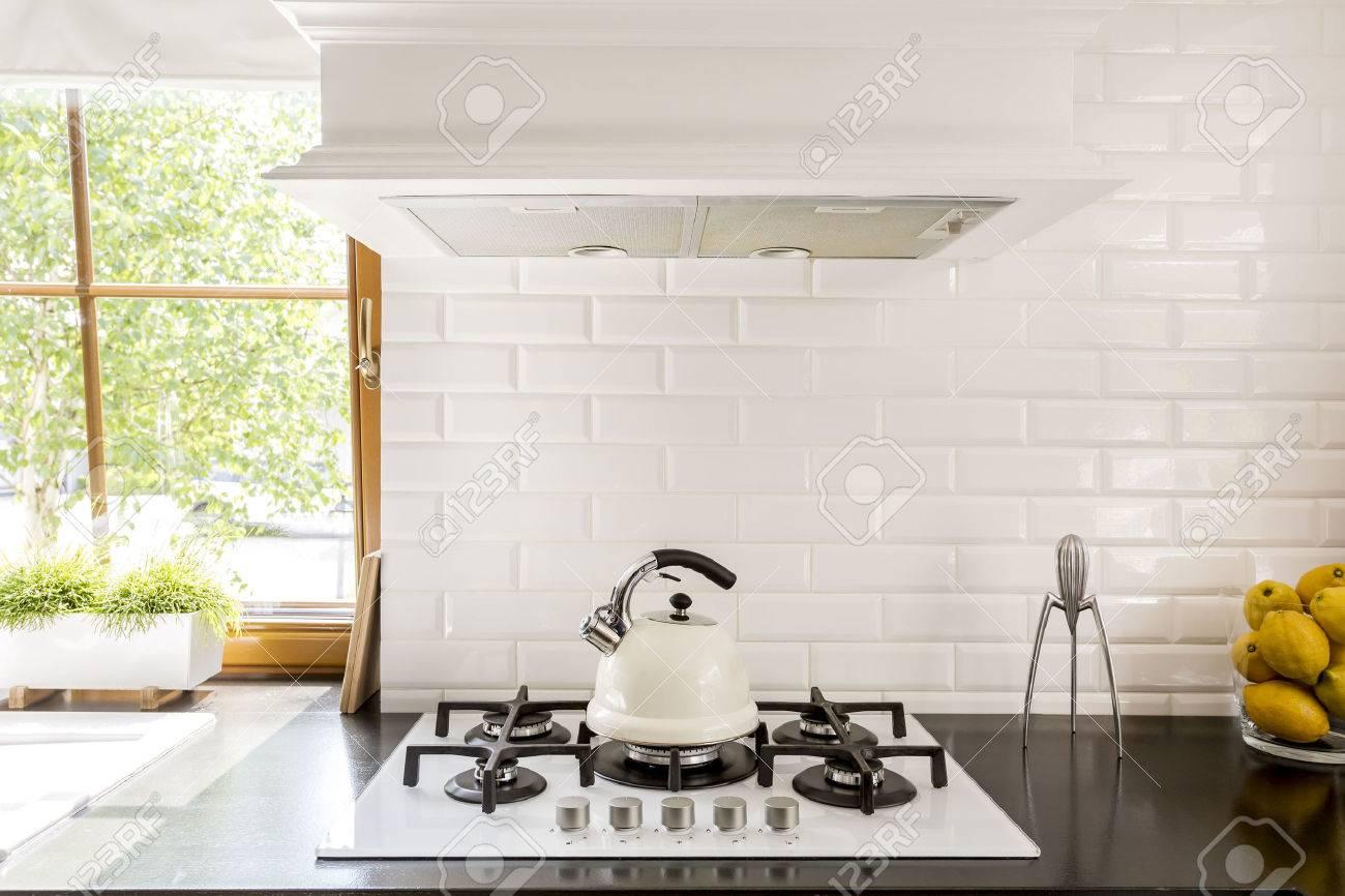 Neue Küche Mit Dunklen Arbeitsplatte, Weiß Gasherd Und Dekorative ...