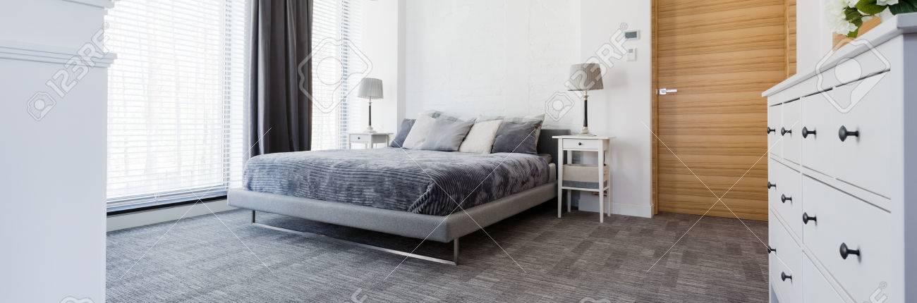Uberlegen Sehr Ruhig Modernes Schlafzimmer In Grau, Mit Teppichboden, Ein Großes Bett  Und Große Fenster