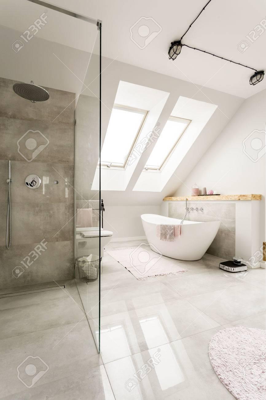 Geräumige Neue Design Dachgeschoss Bad Mit Glas Begehbare Dusche