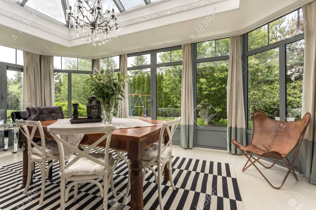Neuer Stil Esszimmer Mit Massivholztisch Und Stühle, Kronleuchter ...