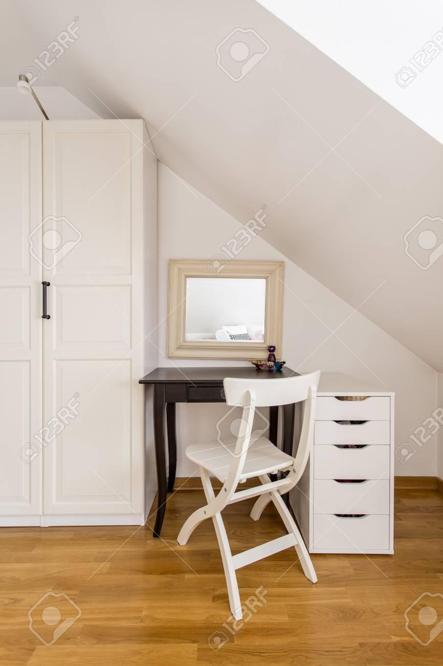 Einfache Weisse Schrank Stuhl Kleine Kommode Und Kleinen Braunen