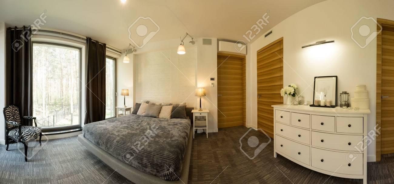 Panorama 3d Eines Modernen Luxuus Schlafzimmer Mit Einem Großen Bett,  Kommode Und Einem Großen Fenster