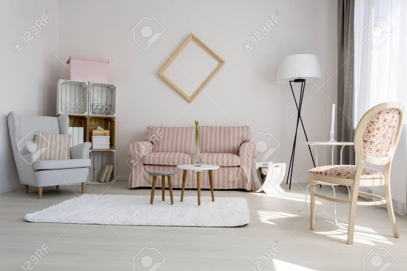 Schoss Von Einem Gemutlichen Wohnzimmer Mit Pastellfarben Verziert