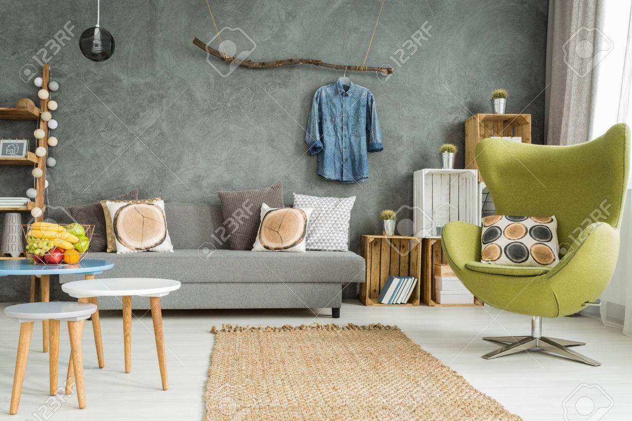 Gemutliches Wohnzimmer In Grau Mit Sofa Bequemem Sessel Und