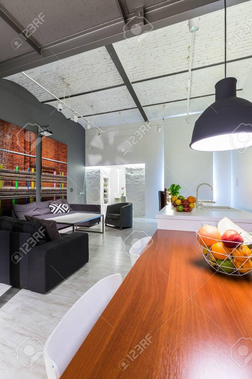 Moderne Loft Mit Ziegeldach, Massivholz Schreibtisch, Möbel Set Im  Hintergrund Standard