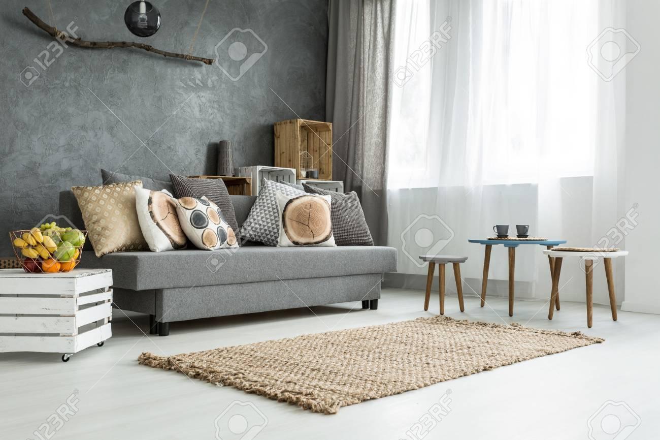 Moderne Wohnung In Grau Mit Sofa, DIY Möbel, Einen Kleinen Tisch Und Zwei  Stühlen