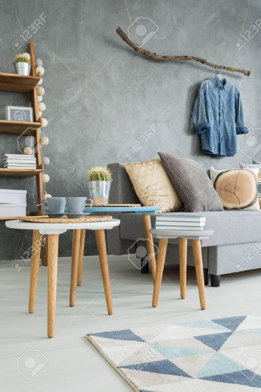 Schöne Heimat Interieur In Grau Mit Sofa Und Stilvollen Holzmöbeln ...