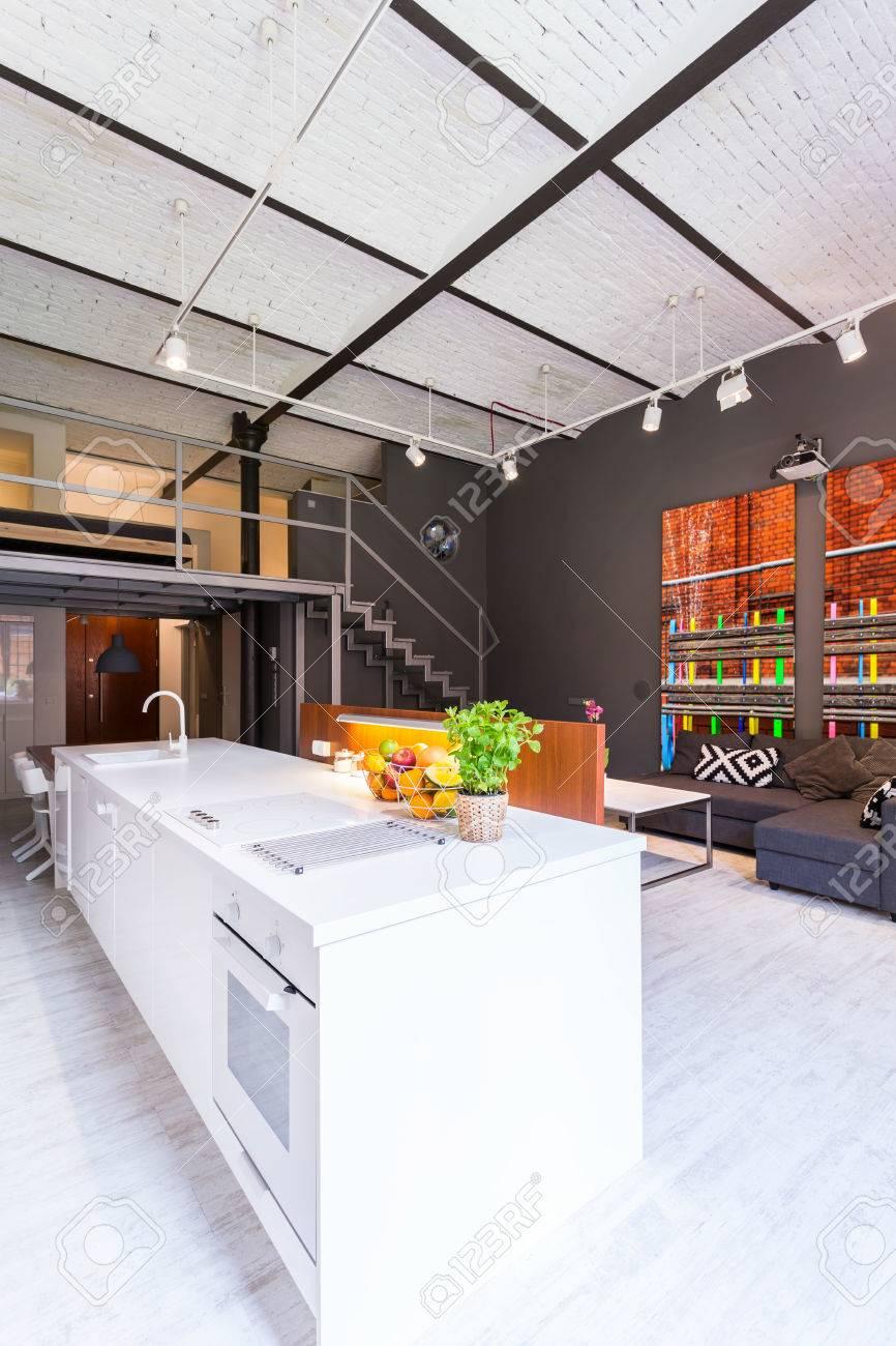 Moderne Mezzanine-Loft Mit Weißen Offene Küche Und Unverputzten ...