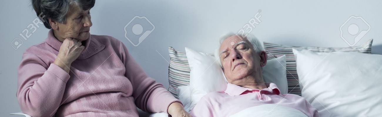 Жена на спящем муже
