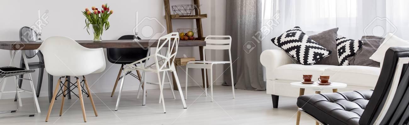 Luminoso E Moderno Salotto Con Tavolo Da Pranzo Con Sedie E Divano ...