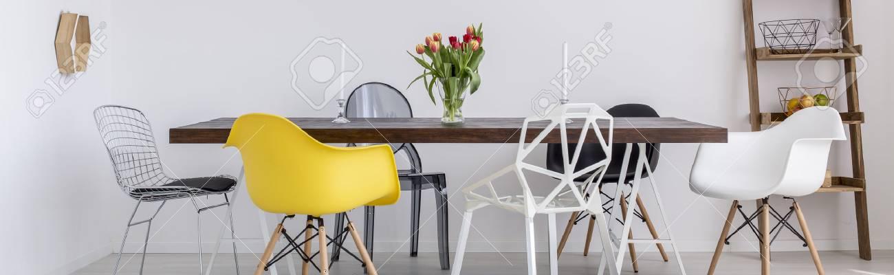 Zone à Manger Avec Table En Bois Différentes Chaises Et Des Fleurs