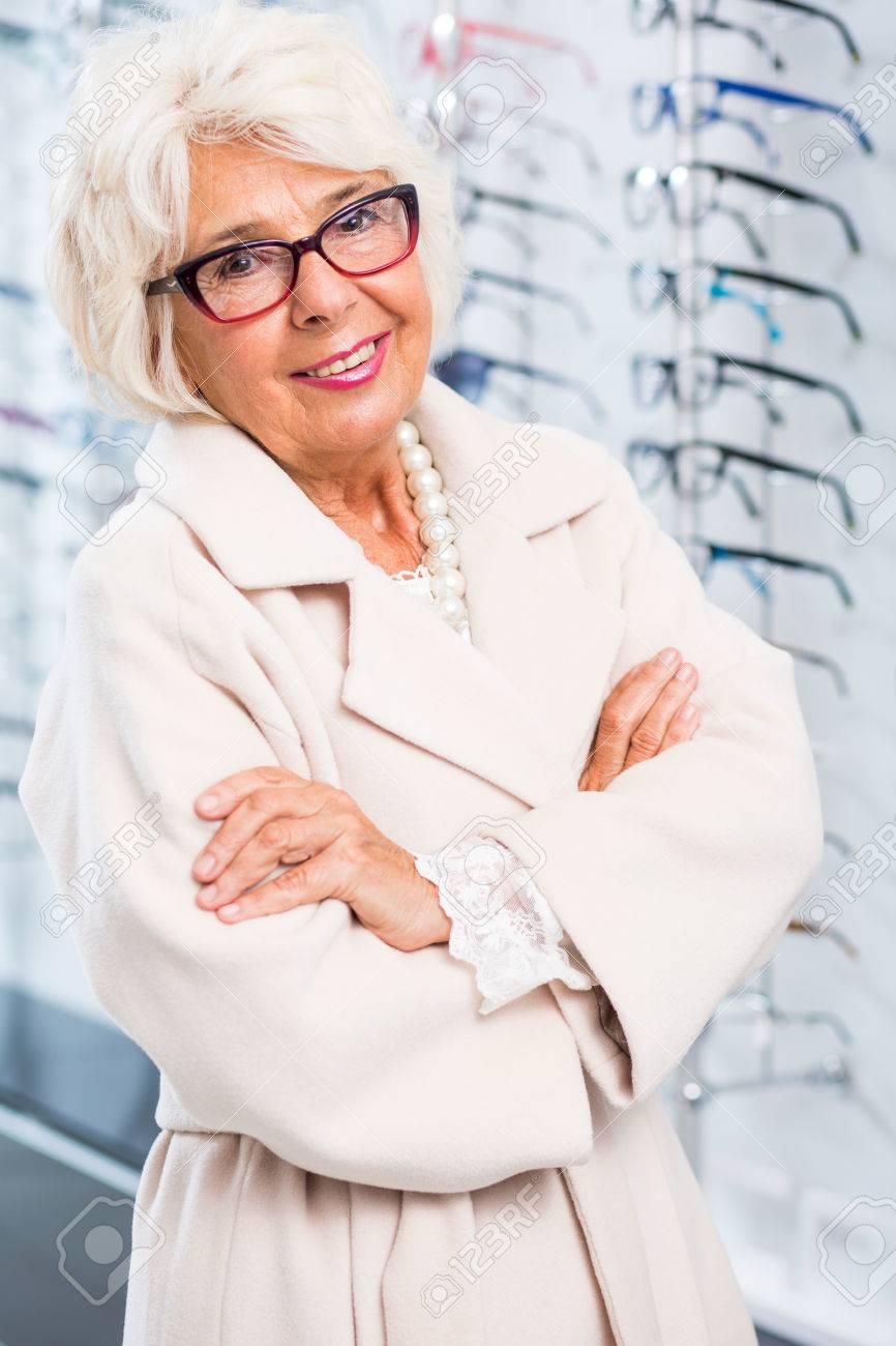 Portrait Mode Au OpticienPorter La Des Élégante Lunettes Son D'une À Femme Âgée 2HY9WEDI