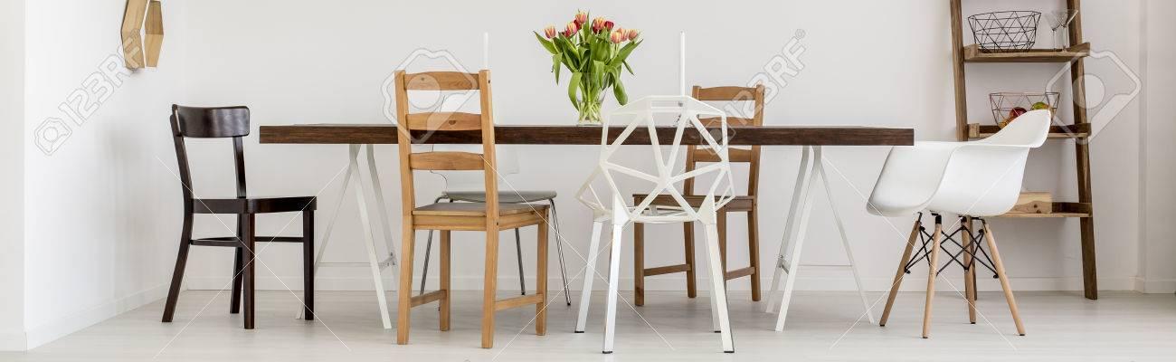 Standard Bild   Weiß Esszimmer Mit Holztisch Und Design Stühle