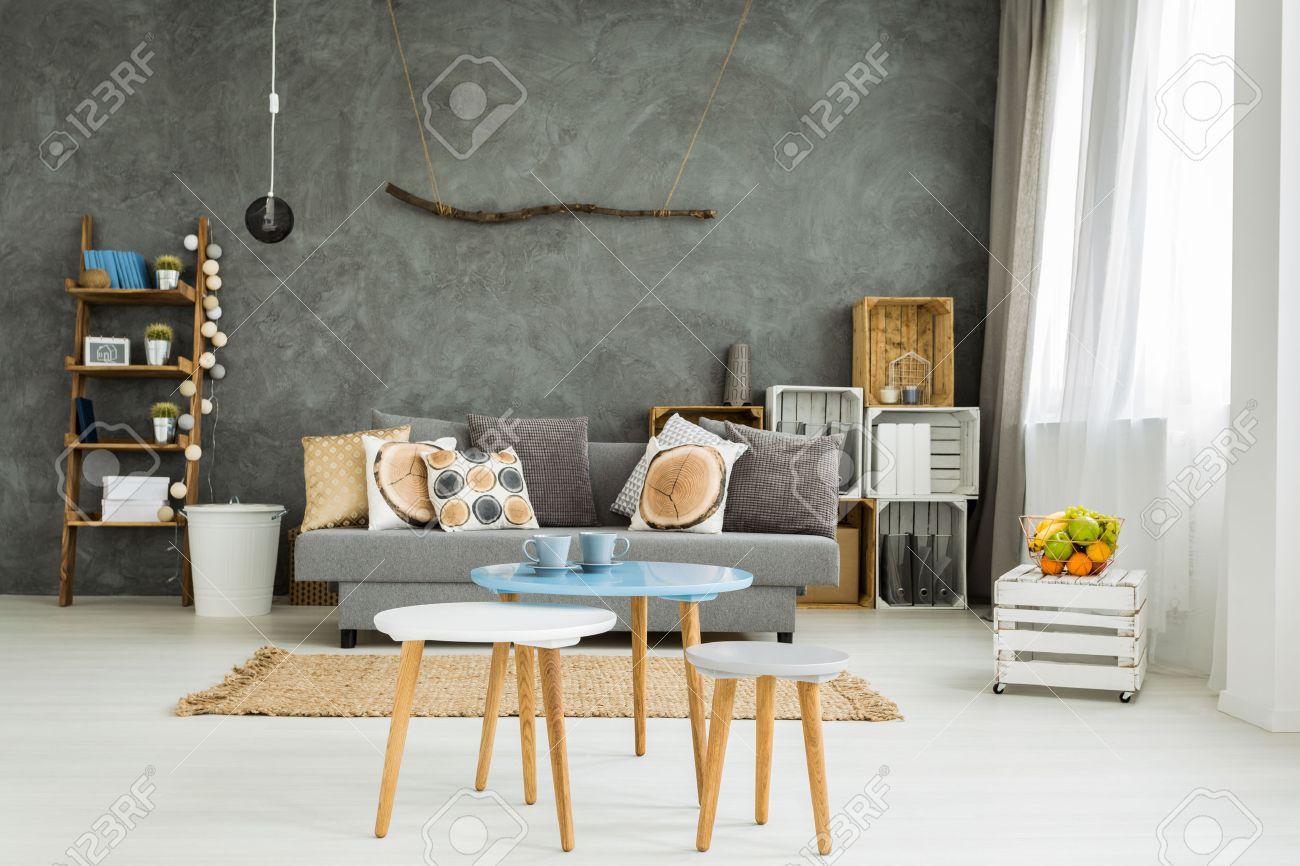 Geraumiges Wohnzimmer In Neuen Stil Mit Sofa Einen Kleinen Tisch