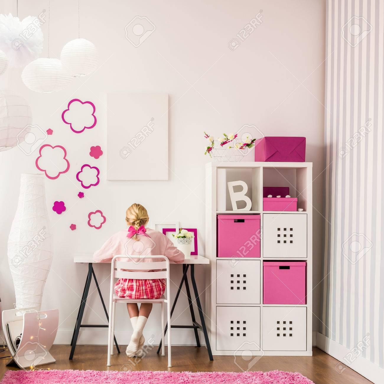 Une petite fille étudie dans sa jolie chambre moderne