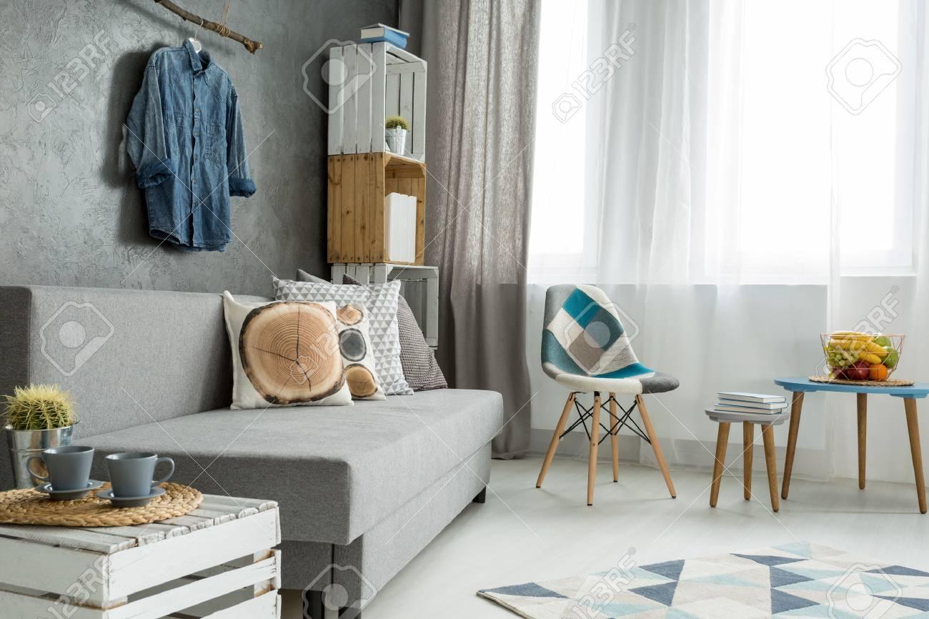 In Grau Neuer Stil Wohnung Mit Sofa, Einen Kleinen Tisch, Stuhl ...