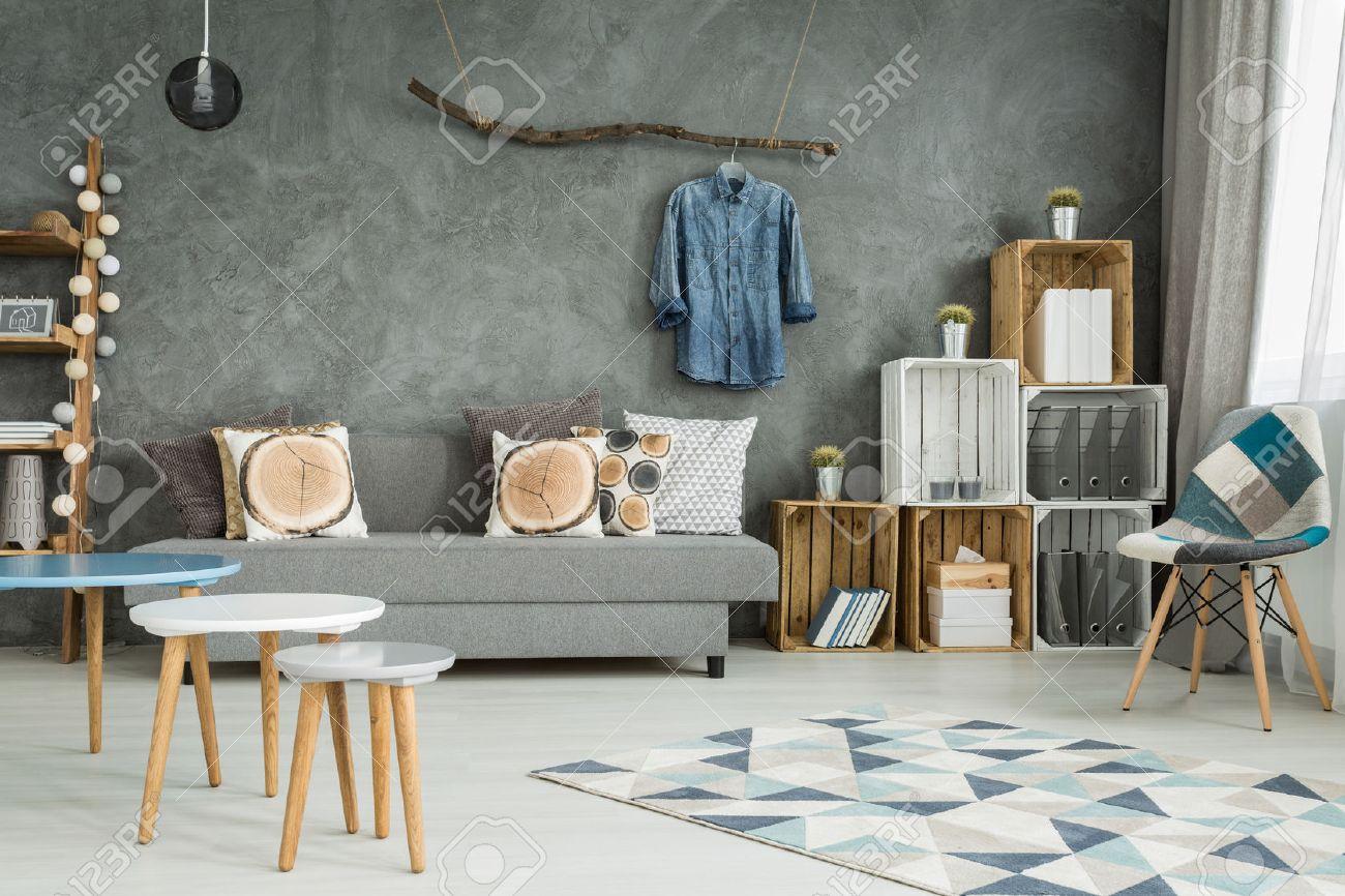 grau wohnzimmer im neuen stil mit diy möbel, stuhl, muster teppich